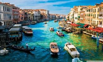 Cam Cümbüşünde Yüzen Venedik
